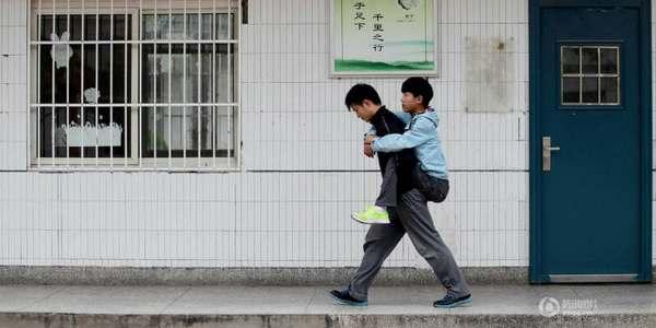 Da tre anni accompagna l'amico disabile portandolo in spalla 1