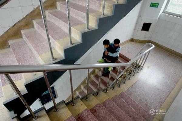 Da tre anni accompagna l'amico disabile portandolo in spalla xie_xu_1
