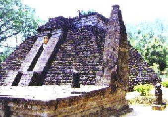 03 Piramide a Giava con scritta libica