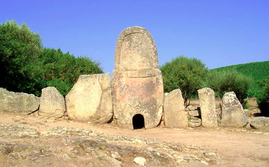 Luoghi ad Alta Energia Tombe dei Giganti a Coddu Vecchiu in Sardegna