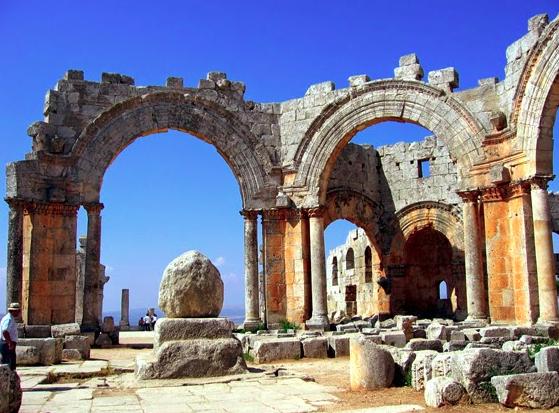 Luoghi ad Alta Energia chiesa di San Simeone, in Siria, con al centro i resti della sua colonna